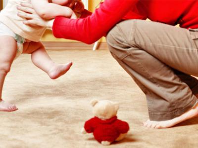 Когда ребенка можно ставить на ножки? Советы врачей и роль родителей, упражнения, укрепляющие ножки
