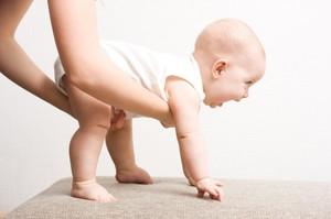Когда ребенка можно ставить на ножки