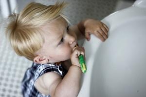 Когда надо научить детей чистить зубы