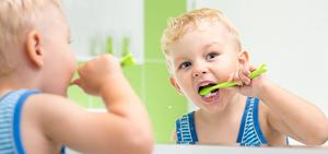 Чистить зубы детям