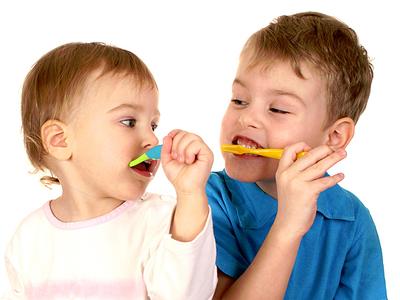 Когда начинать ребенку чистить зубы и как правильно это делать