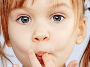 Ребенок грызет ногти: причины и меры устранения этой вредной привычки