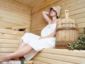 При нормальном протекании беременности в бане находиться можно